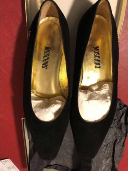 Moschino -- black suede pumps embroidered with inscription in relief