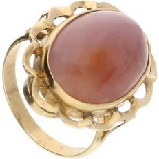 14 kt - Yellow gold elegant ring set with a purple cabochon cut chalcedony - Ring size: 17.25 mm