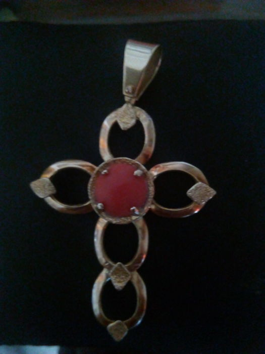 18 kt gold cross with central coral decoration