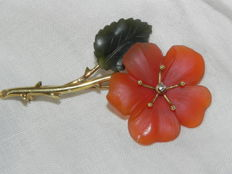 Old flower brooch in 585 yellow gold 14 kt, red quartz and jade leaves with diamond