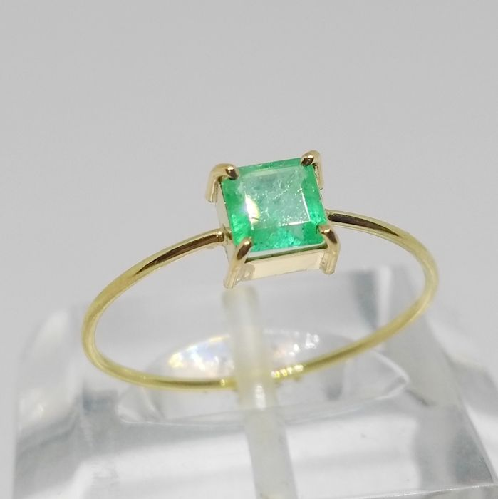 Cocktail ring in 18 kt gold with emerald - Inner diameter: 17 mm