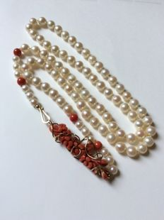 Akoya pearls with coral, 14 kt gold - handiwork - 82 cm