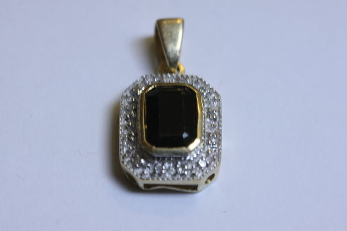 Pendant in 14 kt gold with sapphire and diamonds - 18 mm in length.