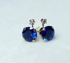 14 kt ear jewellery with 2 ct blue sapphires and white topazes, dimensions approx. 0.85 x 0.7cm.