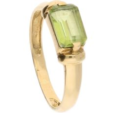 14 kt – Yellow gold ring set with a green baguette cut ornamental stone – Ring size:  16.25 mm