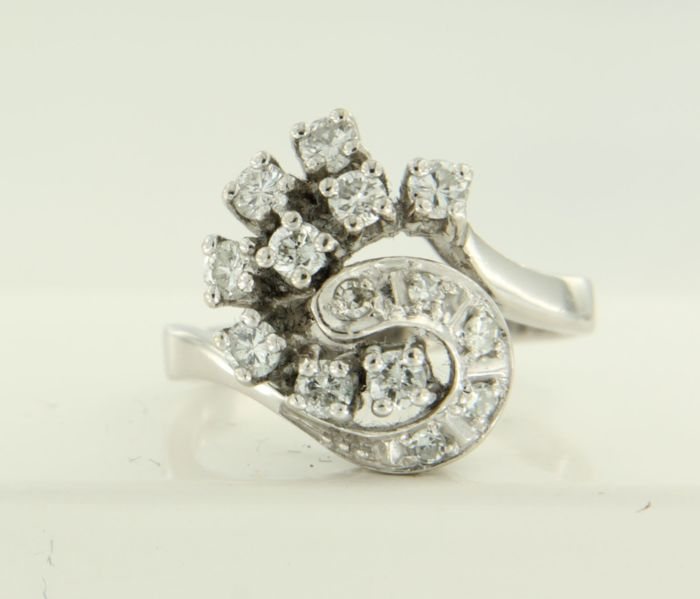 14 kt white gold ring with 14 brilliant and single cut diamonds, in total approx. 0.60 carat, ring size: 16.25 (51)