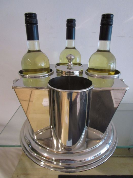 Table wine cooler for four bottles with a middle a compartment for cold water and/or ice cubes