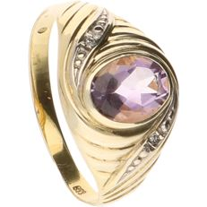 8k BLGG - Bicolour yellow/white gold ring set with 1 oval cut purple decorative stone and 2 octagon cut diamonds of approx. 0.01 ct in total - Ring size: 17.75 mm