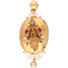 18 kt – Antique yellow gold pendant with elegant decoration, set with two octagon cut, red decorative stones and four seed pearls -