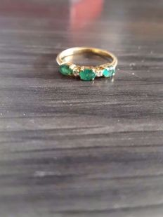 Ring in 14 kt gold with 3 emeralds and two diamonds. Size 52.