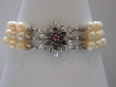 Three-row akoya pearl bracelet with 585 white gold clasp and 7 rubies - bracelet length 20 cm.
