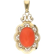 14 kt - Yellow gold, elegant pendant set with a cabochon cut red coral - Length x Width: 13 mm x 10 mm