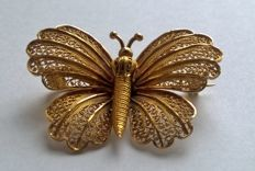 Filigree 18 kt yellow gold butterfly brooch with hallmarks.