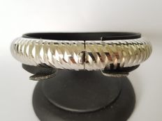 925/1000 Silver bangle bracelet with a pattern and an opening. Diameter: 5.5 cm