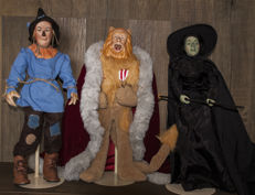 Part of the Great Wizard of Oz Collection. The Scarecrow, the Western Witch and the worthless Lion. Size: 53 cm. Porcelain and fabric. Second half of S.XX.