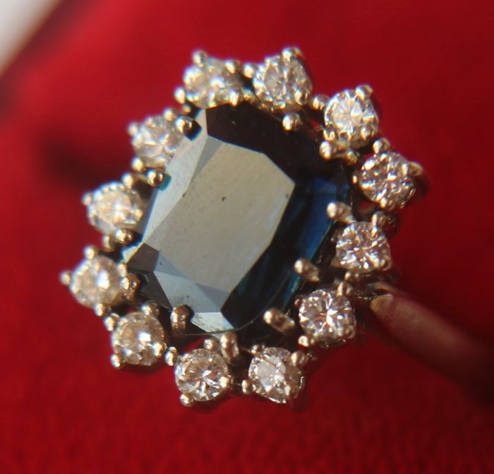White gold ring with Sapphire ca. 2.70Ct. and brilliant-cut diamonds H/VSI of approx. 0.60 Ct.;  total  ca. - 3.30Ct. Ring size: approx. 54