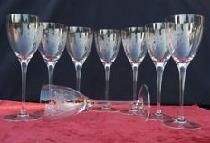 Lot consisting of 8 flute glasses of finely chiselled lightweight crystal - France - 1900/1940 circa.