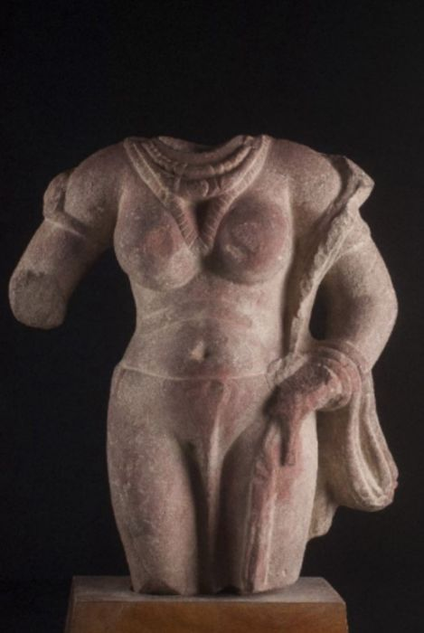 Devi o Yakshni, speckled Sikri sandstone (35 cm) - Madura District, India - 3rd century (Kushana Period)