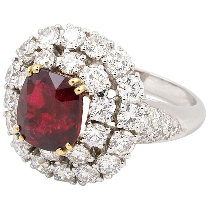Superb ring with ruby/diamonds, GRS certificate, blood red, unheated, 18 kt gold, 5.23 ct in total.
