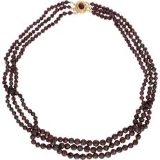 14 kt – Antique, yellow gold, three-strand necklace consisting of glass garnets – Length: 51 cm.