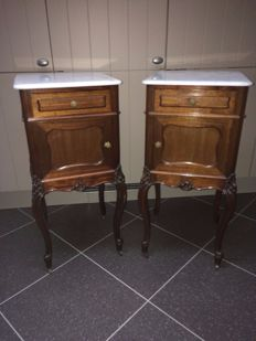 A pair of Lodewijk XV style mahogany bedside tables with a marble top - Belgium - ca. 1900