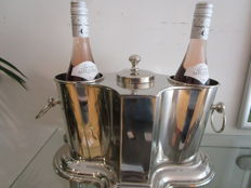 Table wine cooler for four bottles with compartment in the middle for cold water or ice cubes.