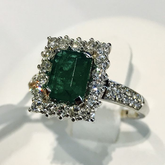 Emerald and diamonds entourage ring, 2.06 ct in total