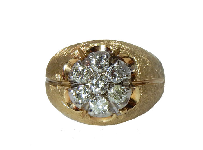 Gold signet ring with Cluster of approx. 1.05 ct Diamonds