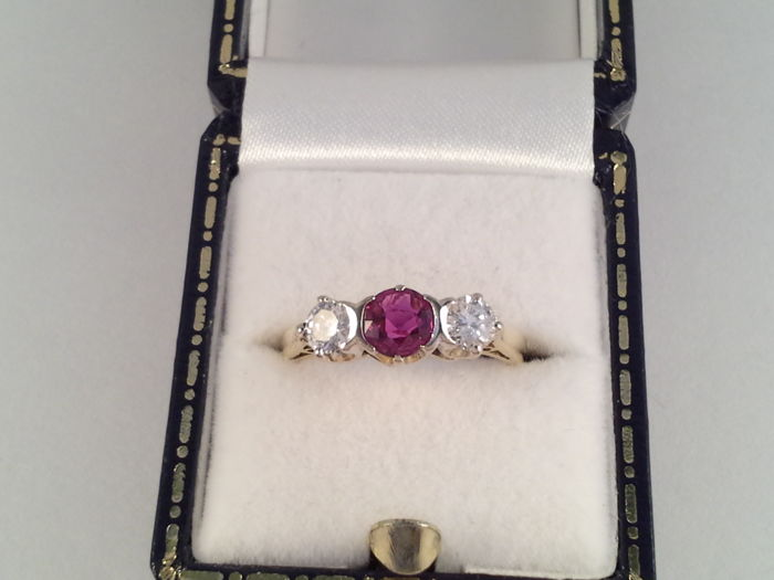 18 carat yellow gold ring with 2 brilliant cut diamonds and ruby 1 ct ring size 16.5 (52)