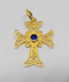 18 kt yellow gold cross pendant with blue stone