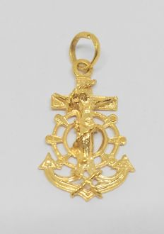 18 kt yellow gold cross pendant.