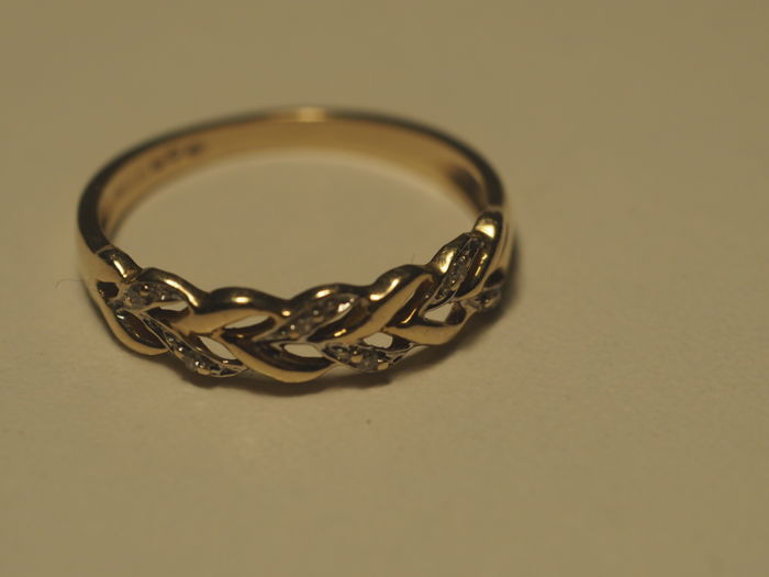 14k Gold Ring with 6 diamonds. Size 17.5