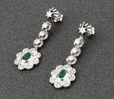 Earrings in dangle design, in 18 kt white gold, with brilliant-cut diamonds and 2 emeralds - Earring length: 45 mm.
