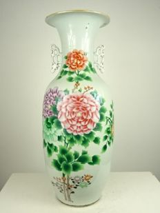Large porcelain baluster vase with flowers - China - Republic period (1912-1949)