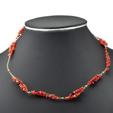 18 kt (750/1,000) yellow gold – Choker – Irregular-shaped coral beads and onyx beads – Length: 47 cm