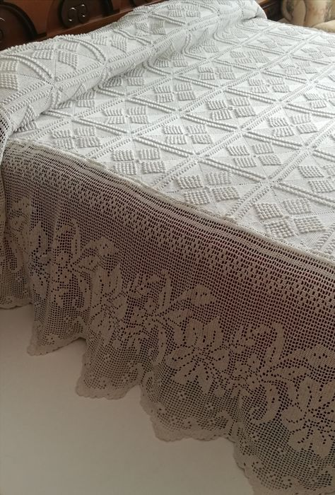 Precious bedspread with big lilies on the edges - handmade - Italy