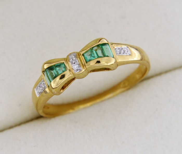 18 kt GOLD ring with Emeralds and Diamonds of 0.04 ct - Ring size 59.