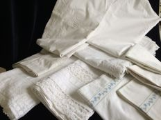 10 piece lot of antique linen incl. 7 cotton sheets and 3 cotton pillowcases.