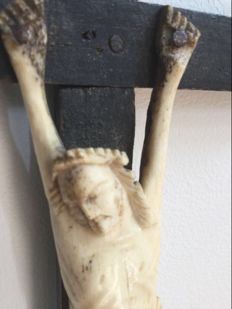 Antique Jansenistisch Crucifix with hand-carved Corpus in bone on wooden cross - France - 18th century.