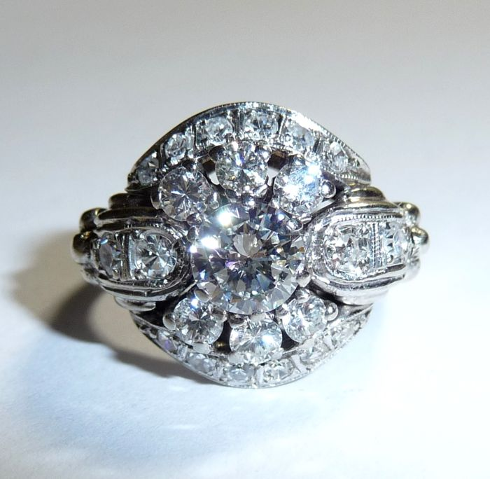 Glamorous ring made of 14kt / 585 white gold with a total of approx. 1.5 ct of which the central diamond is approx. 0.70 ct H/IF
