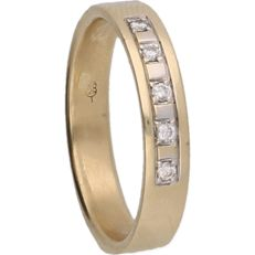 14 kt – Yellow gold ring set with 5 brilliant cut diamonds of approx. 0.15 ct in total – Ring size:  22 mm