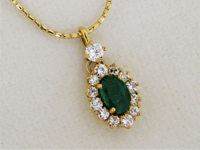 18 kt GOLD pendant - Emerald + Diamonds - Pendant measurements: 18.5 x 0.9 mm - Chain measurements: 45 cm