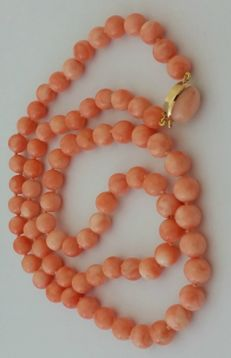 Pink coral necklace, with 18 kt yellow gold clasp. Weight - 58.65 g. Length - 68 cm
