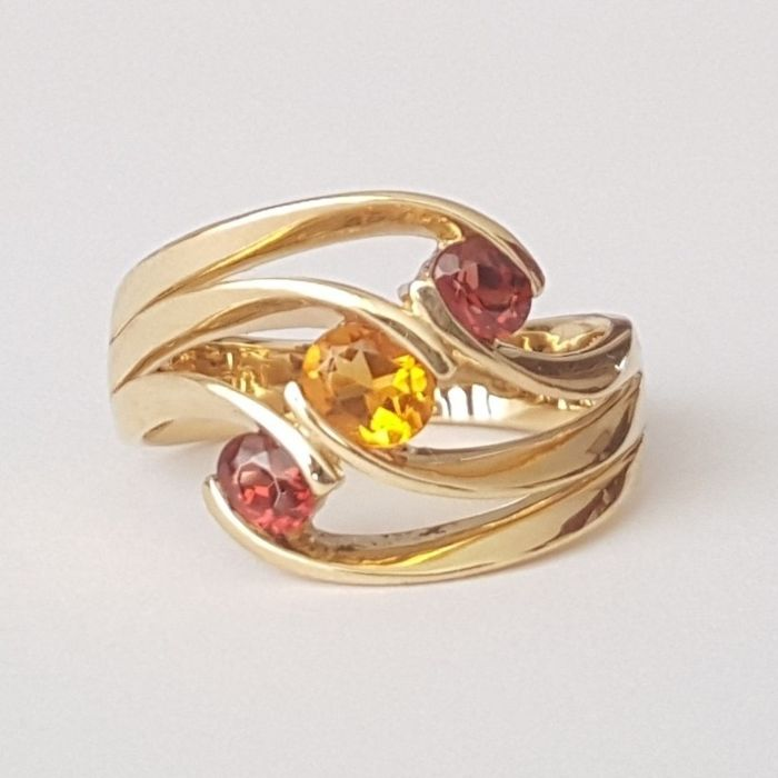 Ring made of 18 kt yellow gold with garnets and citrine - Size: 17.7 mm 16/56 (EU)