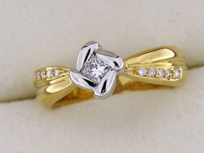 Two-tone 18 kt gold and diamonds, ring size: 53- weight: 7.05 g