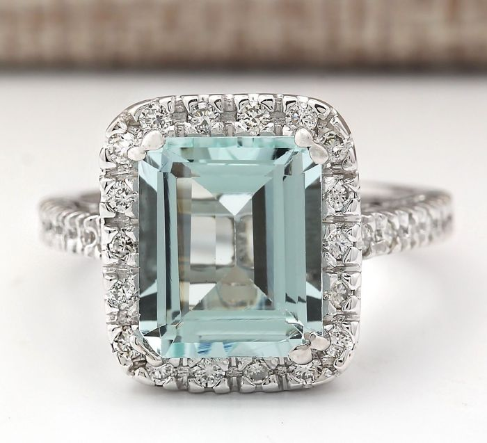 4.28 Carat Aquamarine in 18K Solid White Gold Diamond Ring Ring Size: 7 *** Free shipping *** No Reserve *** Free Resizing