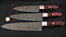 Set with three handmade Damascus knives, with a grip made of red lacquered wood - 200+ layers of Damascus steel