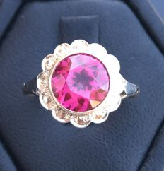 Bright Art Deco 18 kt gold daisy ring with a large central solitaire Verneuil ruby of 3 ct (9 mm in diameter), no reserve price