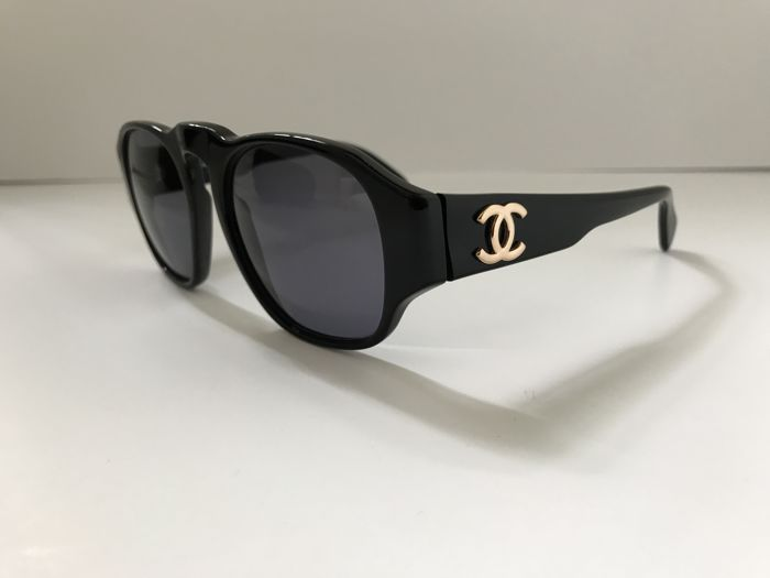 ef65b97f9c909 Chanel – Black sunglasses - Vintage - Catawiki