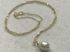 18 kt  Gold choker with cultured pearl pendant – 44.50 cm
